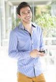 Hombre joven que usa el teléfono elegante Imagenes de archivo