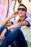 Hombre joven que usa el teléfono móvil Foto de archivo libre de regalías