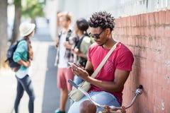 Hombre joven que usa el teléfono móvil fotografía de archivo