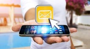 Hombre joven que usa el teléfono móvil moderno para enviar el mensaje Fotos de archivo libres de regalías