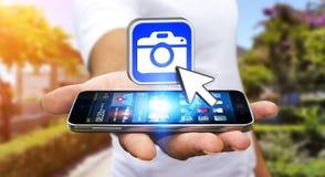 Hombre joven que usa el uso moderno de la cámara Fotos de archivo libres de regalías