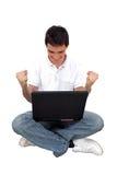 Hombre joven que usa la computadora portátil Imágenes de archivo libres de regalías