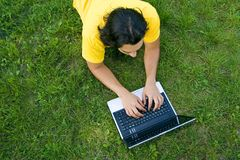 Hombre joven que usa la computadora portátil al aire libre Imagenes de archivo