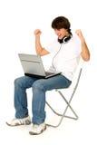 Hombre joven que usa la computadora portátil Imagenes de archivo