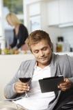 Hombre joven que usa la tableta de Digitaces Foto de archivo