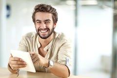 Hombre joven que usa la tableta de Digitaces Fotos de archivo