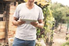 Hombre joven que usa la tablilla Imagen de archivo libre de regalías