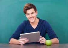 Hombre joven que usa sosteniendo la tableta digital Fotos de archivo libres de regalías