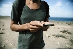 Hombre joven que usa un smartphone al aire libre Fotografía de archivo libre de regalías