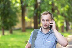 Hombre joven que usa un teléfono elegante Fotografía de archivo
