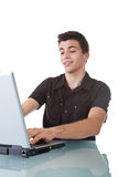 Hombre joven que usa una computadora portátil Foto de archivo