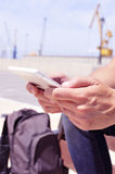 Hombre joven que usa una tableta o un eBook al aire libre Fotos de archivo