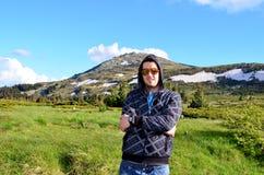 Hombre joven que viaja en la montaña del invierno Fotos de archivo libres de regalías