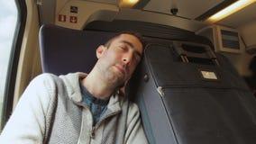 Hombre joven que viaja en un tren y un sueño en la maleta azul t siguiente metrajes