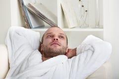 Hombre joven Relaxed Foto de archivo libre de regalías