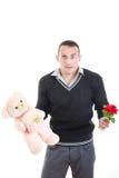Hombre joven romántico con los regalos para el día de tarjetas del día de San Valentín Fotos de archivo libres de regalías
