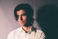 Hombre joven romántico en una camisa blanca fotografía de archivo libre de regalías