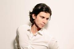 Hombre joven romántico en una camisa blanca imagenes de archivo