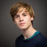 Hombre joven rubio adolescente confiado en el estudio Imagenes de archivo