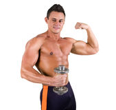 Hombre joven sano hermoso con el torso muscular que presenta con pesa de gimnasia y la sonrisa Aislado en el fondo blanco Imagen de archivo
