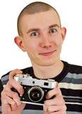 Hombre joven satisfecho con la cámara de la foto del vintage foto de archivo