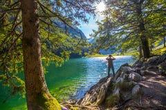 Hombre joven Seealpsee de fotografía con las montañas suizas, tierra de Appenzeller, Suiza Imagenes de archivo