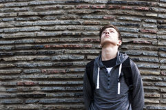 Hombre joven serio cerca de la pared de piedras Imágenes de archivo libres de regalías