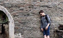 Hombre joven serio cerca de la pared de piedras Imagenes de archivo