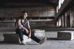 Hombre joven serio en un estadio viejo Fotografía de archivo libre de regalías