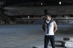 Hombre joven serio en un estadio viejo Foto de archivo