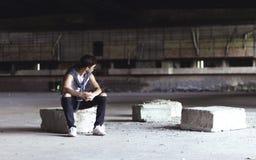 Hombre joven serio en un estadio viejo Imagen de archivo