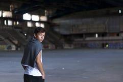 Hombre joven serio en un estadio viejo Imagen de archivo libre de regalías