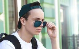 Hombre joven serio en una calle de la ciudad Imagenes de archivo