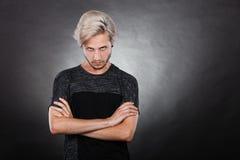 Hombre joven serio enojado, emoción negativa Foto de archivo libre de regalías