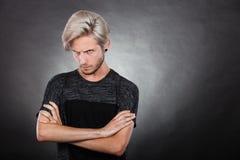 Hombre joven serio enojado, emoción negativa Imagen de archivo