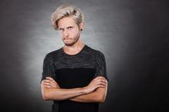 Hombre joven serio enojado, emoción negativa Fotografía de archivo