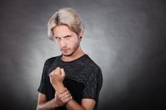 Hombre joven serio enojado, emoción negativa Imagen de archivo libre de regalías
