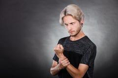 Hombre joven serio enojado, emoción negativa Foto de archivo