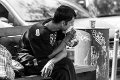 Hombre joven sin hogar que siente enfermo Foto de archivo