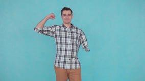 Hombre joven sin los brazos almacen de video