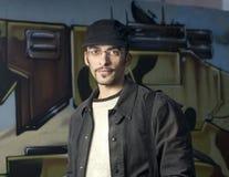 Hombre joven sobre backgroud abstracto de la pintada Fotos de archivo