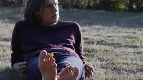 Hombre joven solamente en el parque fotografía de archivo libre de regalías