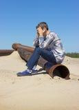 Hombre joven solo, sufriendo de la depresión Foto de archivo libre de regalías