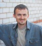 Hombre joven sonriente Imágenes de archivo libres de regalías