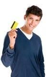 Hombre joven sonriente con de la tarjeta de crédito