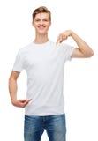 Hombre joven sonriente en camiseta blanca en blanco Foto de archivo libre de regalías