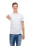 Hombre joven sonriente en camiseta blanca en blanco Fotos de archivo libres de regalías