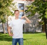 Hombre joven sonriente en camiseta blanca en blanco Imágenes de archivo libres de regalías