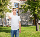 Hombre joven sonriente en camiseta blanca en blanco Imagen de archivo