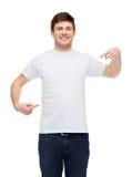 Hombre joven sonriente en camiseta blanca en blanco Imagen de archivo libre de regalías